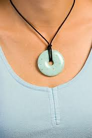 example of necklace not hitting the neckline